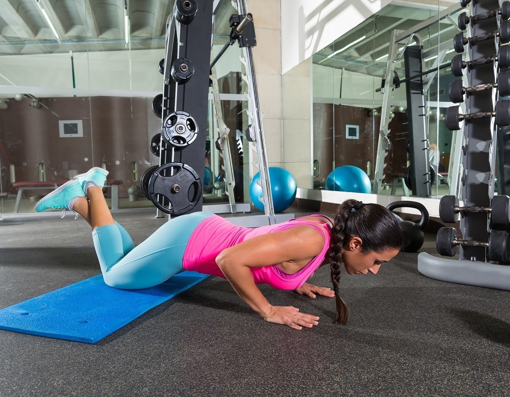 Picture of a woman doing push-up for her calisthenics workout for weight loss
