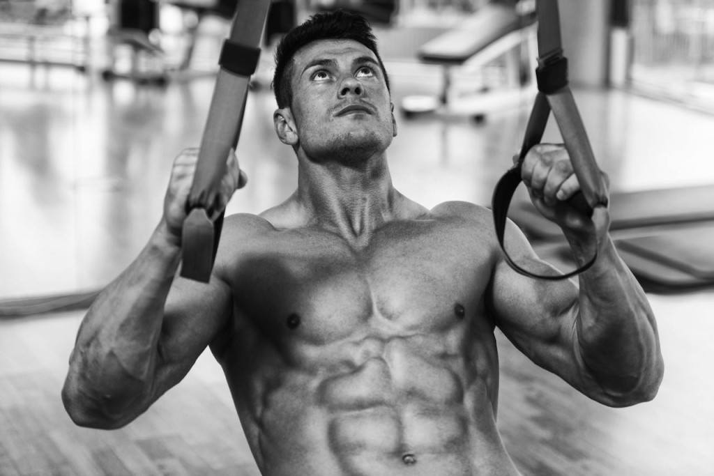 Man doing inverted rows on suspension trainers