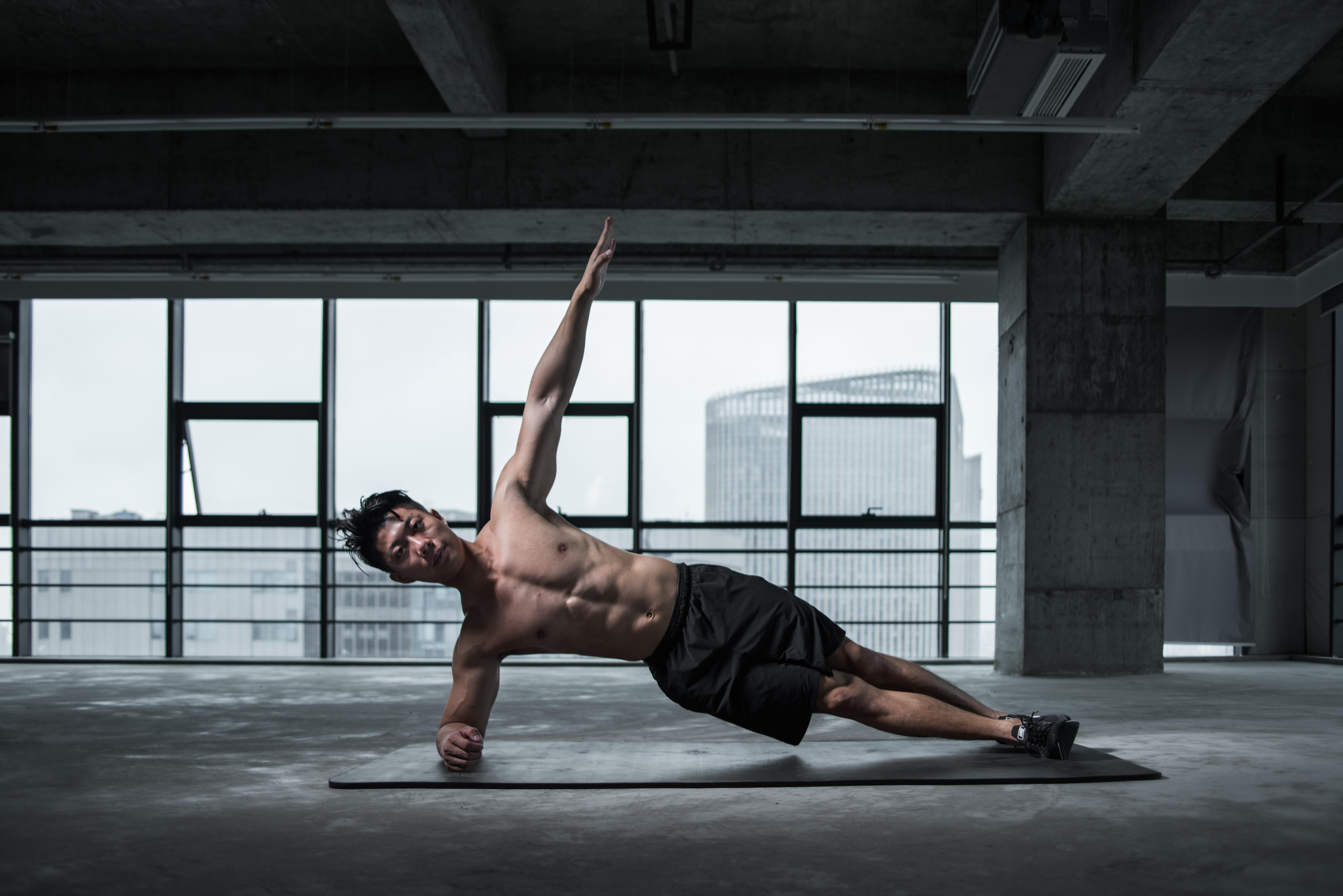 Man doing a side plank for his calisthenics core workout