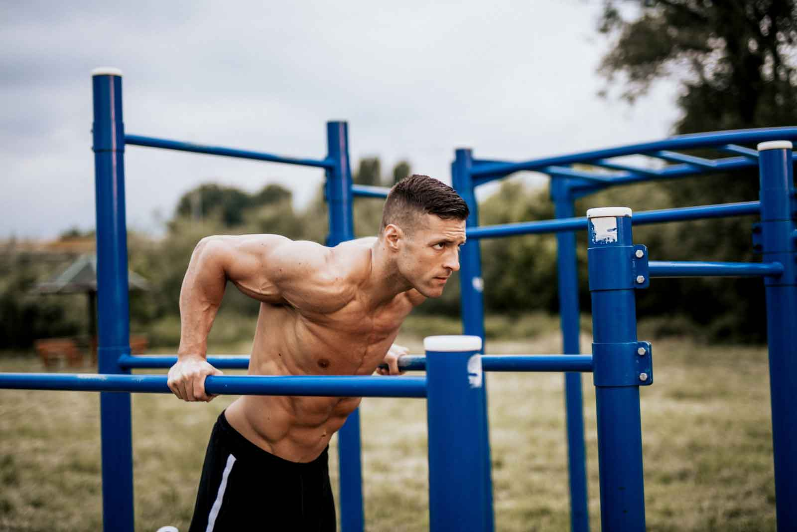 Man doing dips for his calisthenics chest workout