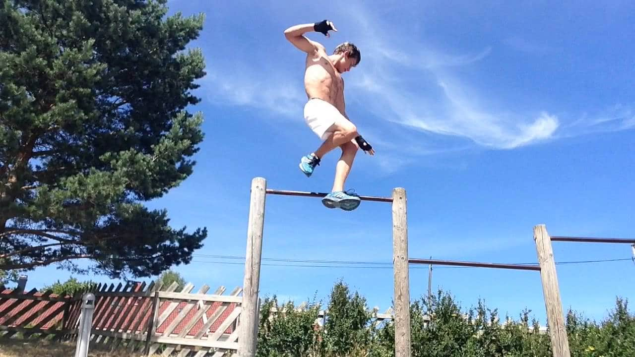 Picture of Bendik Hovland doing a 360-degree pull-up in his calisthenics transformation video