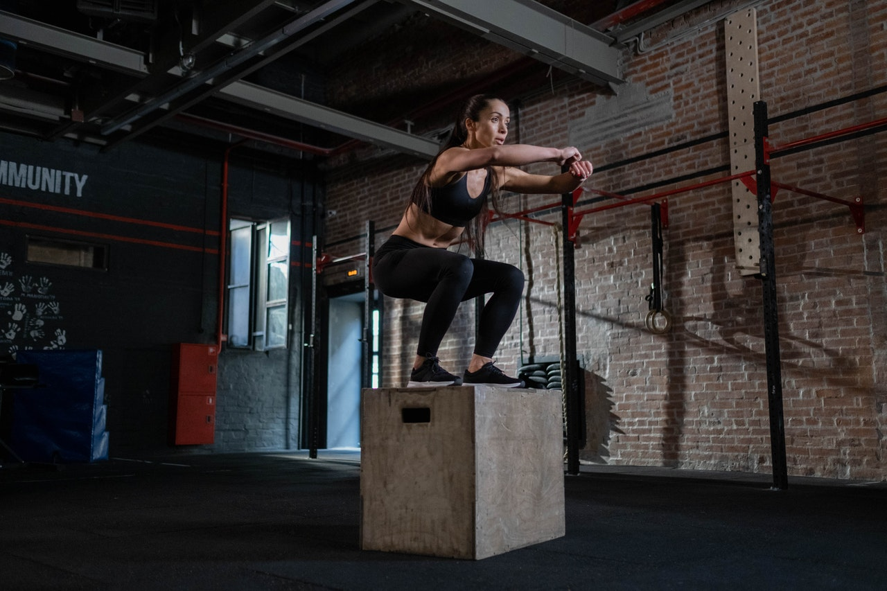 Picture of a woman pushing a box during her calisthenics for women workout