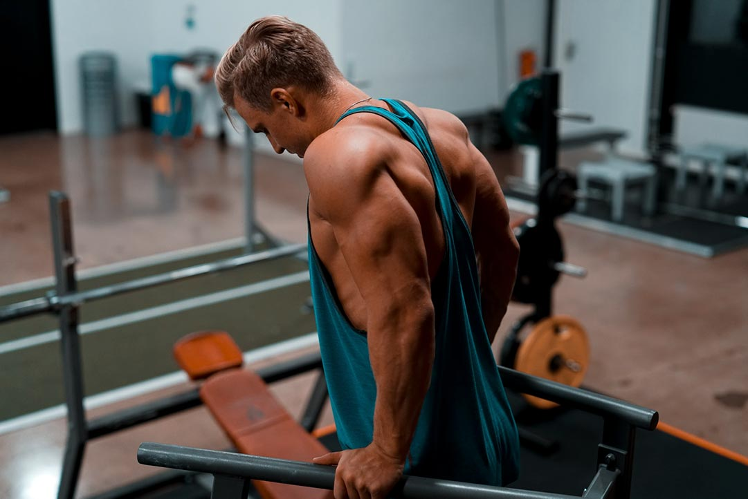 Man doing dips as part of his calisthenics bodybuilding routine